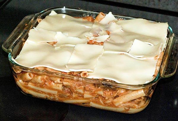 Покрываем мясную запеканку пластинками сыра
