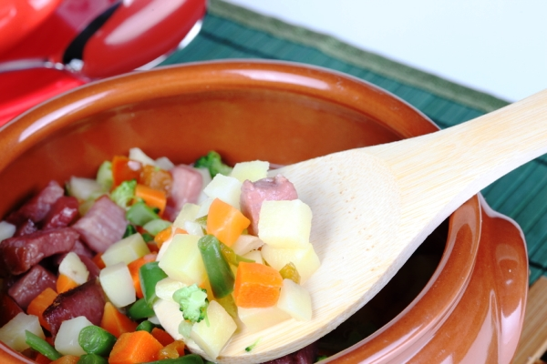 К телятине в горшочке добавляем спаржевую фасоль, картофель, сладкий болгарский перец, морковь, цветную капусту