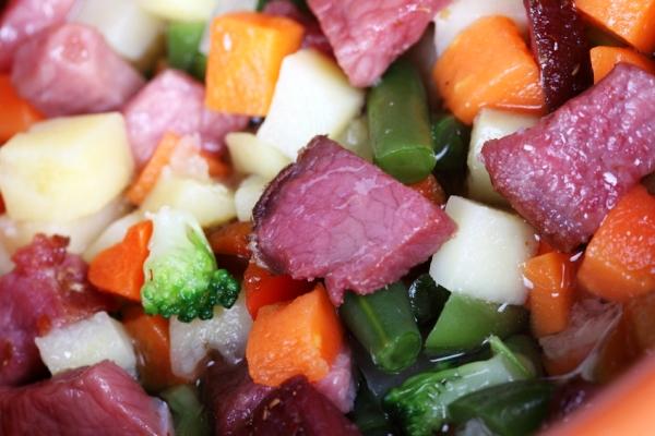 Запекаем телятину в горшочке с овощами в духовке