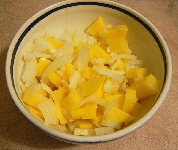 Картофель с луком моем, чистим и нарезаем кусочками