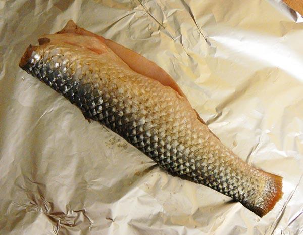 Очищаем рыбу от чешуи и внутреностей