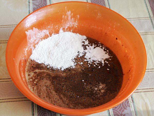 Добавляем муку и растопленное шоколадное масло в тесто для торта