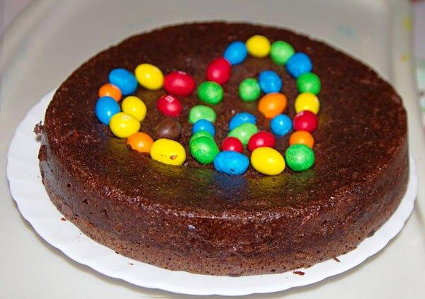 Украшаем торт брауни цветными шариками M&M's