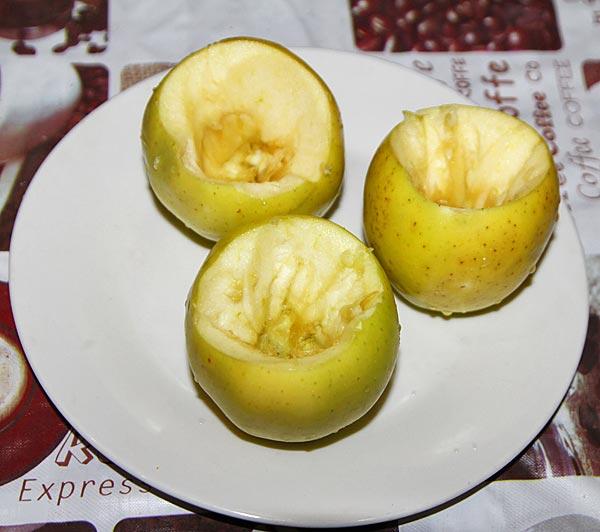 У яблок удаляем сердцевину, формируя место для творога