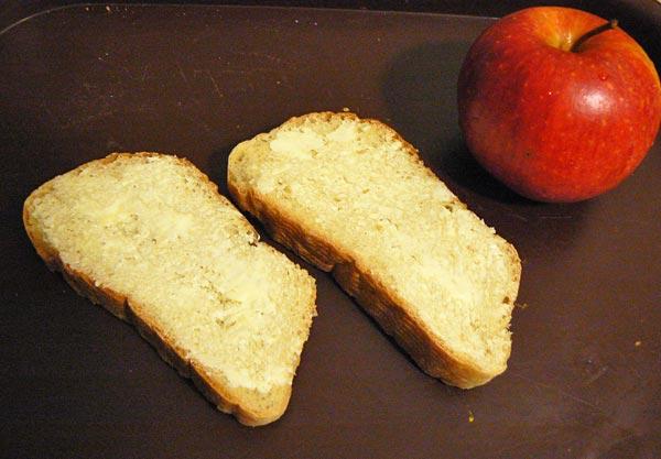 Режем хлеб ломтиками и смазываем сливочным маслом