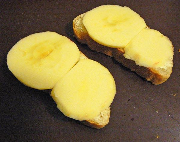 Укладываем нарезанные яблоки на хлеб