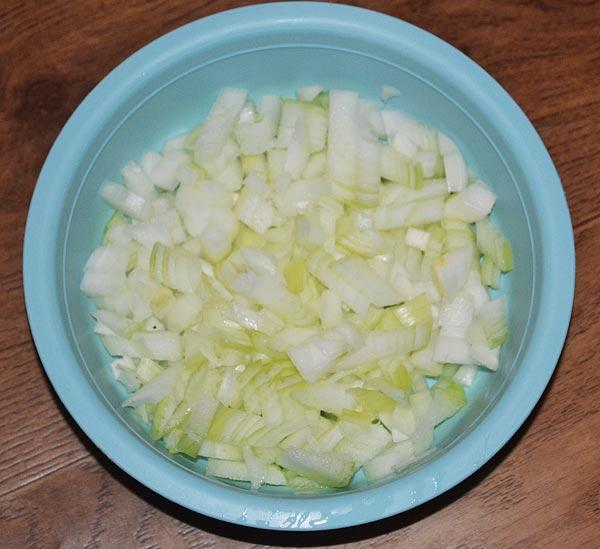 Мелко нарезаем лук для грибов