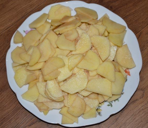 Нарезаем картошку пластинками