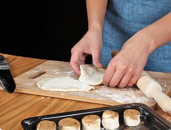 Выкладываем печенье с корицей на противень