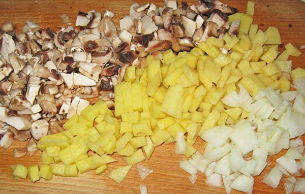 Мелко нарезаем картошку и грибы