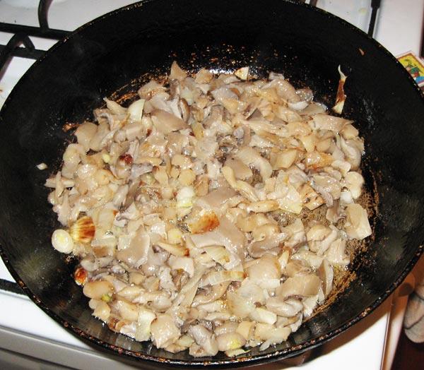 Обжариваем лук и грибы для начинки