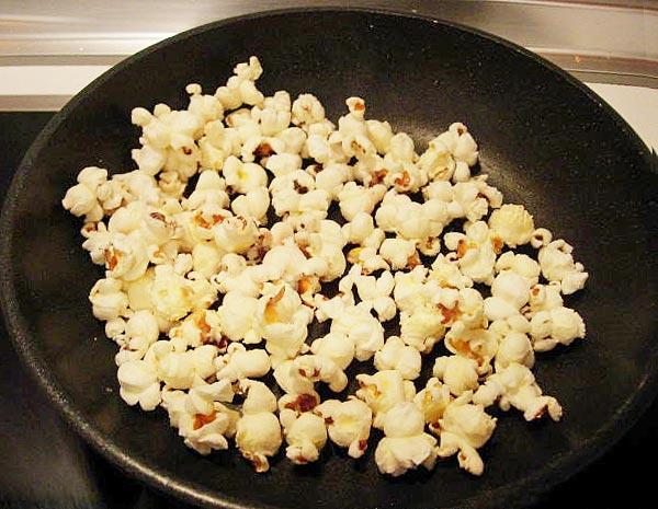 Обжариваем попкорн на сковороде