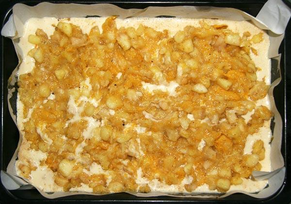 Чистим, режем яблоки и выкладываем их на тесто слоями