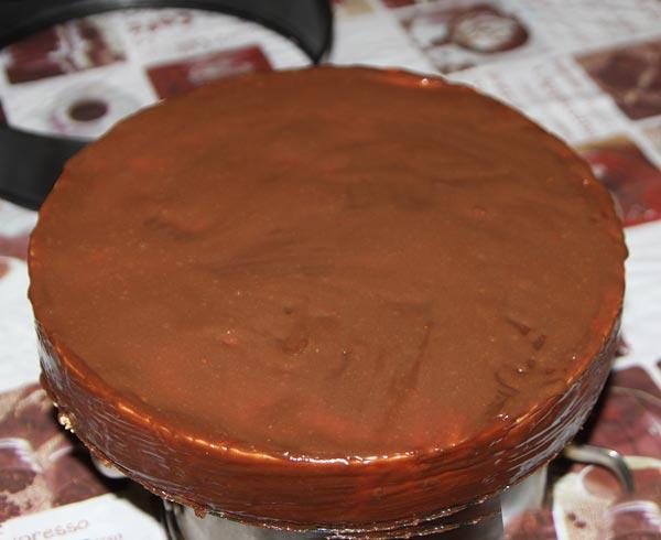 Обмазываем торт шоколадной глазурью
