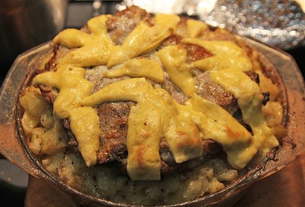 Подаем к столу сочные свиные отбивные в духовке с картошкой и сыром