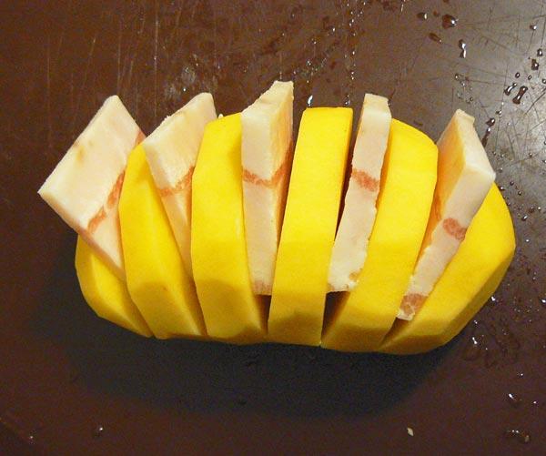 Разрезаем картошку на дольки и натираем специями
