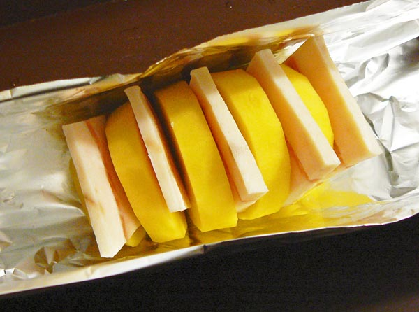 Заворачиваем каждую картошку с салом в фольгу