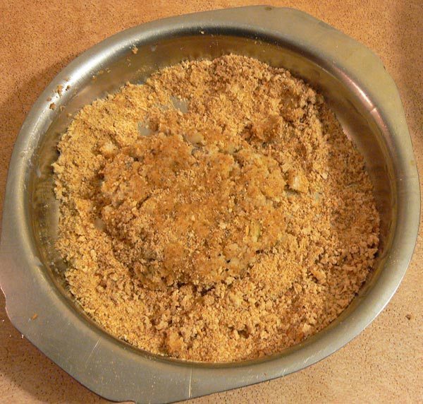 Обваливаем рыбные котлеты в панировочных сухарях