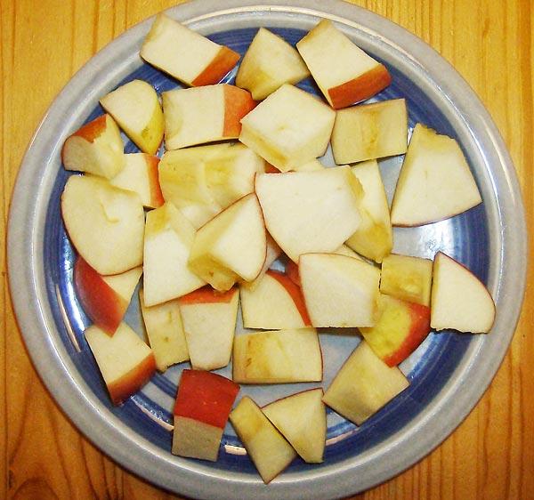 Яблоки нарезаем на кусочки для начинки курицы