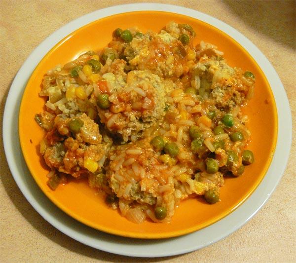 Рыбные тефтели приготовленные с овощами в томатном соусе в духовке готовы