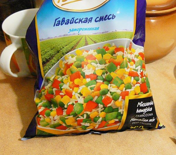 Высыпаем в казан замороженные овощи