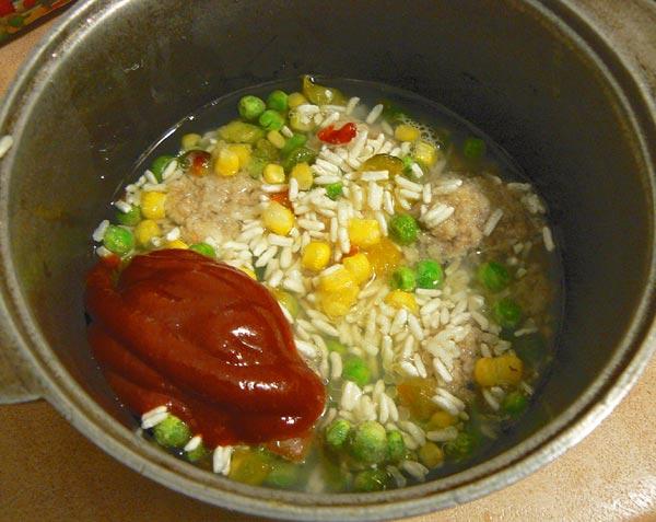 Добавляем в казан томатный соус и воду