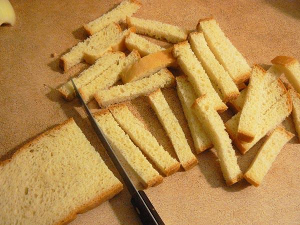Нарезаем хлеб на тонкие полоски