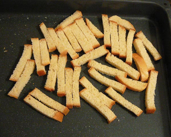 Выкладываем нарезанный хлеб на противень