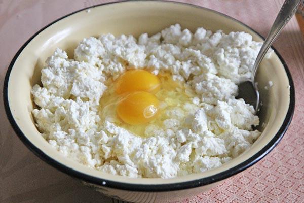 В творог добавляем яйца