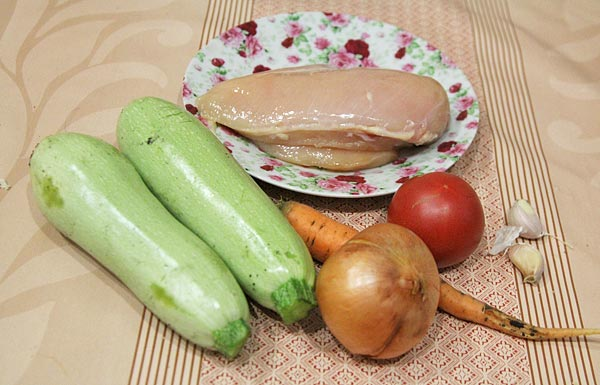 Собираем продукты - кабачки, мясо, лук