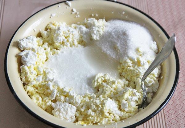 Добавляем соль и сахар в творог