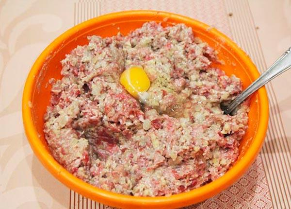Добавляем в мясной фарш яйцо