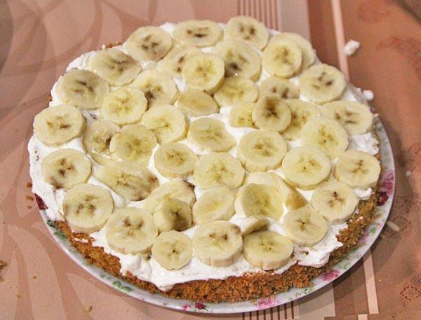 Поверх творожного крема кладем бананы