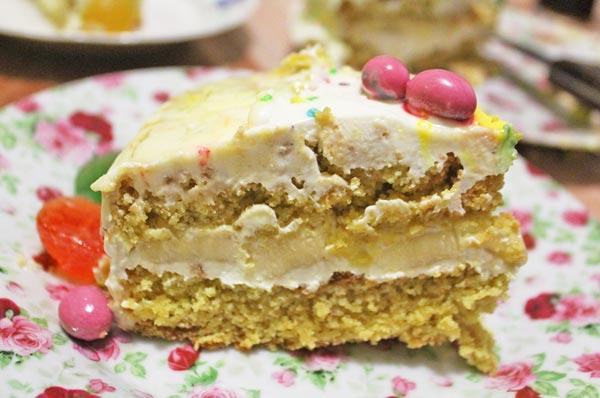 Обмазываем бисквитный торт кремом и украшаем