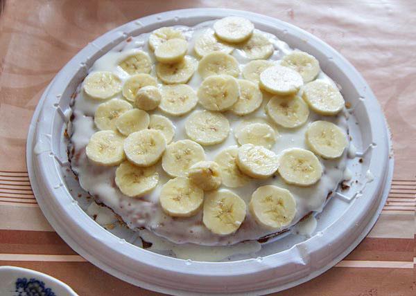 Выкладываем банан поверх крема