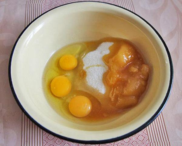 Смешиваем яйца с сахаром и медом
