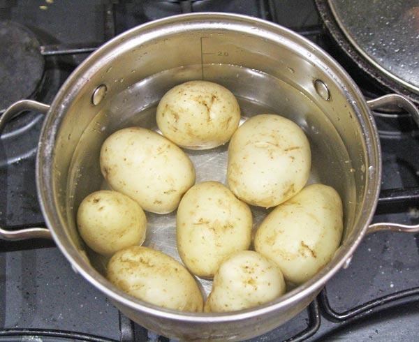 Молодую картошку отвариваем