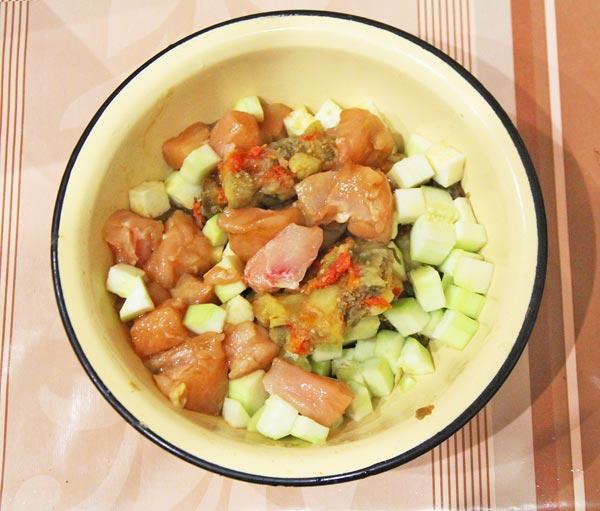 Овощи с мясом солим и приправляем