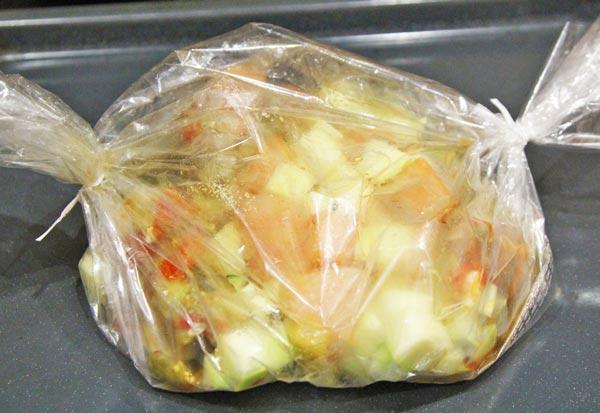 Курицу с овощами кладем внутрь рукава для запекания