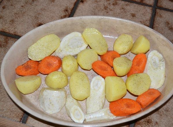 Запекаем картошку, баклажаны,турнепс, морковь, лук, грибы и подаем к мясу