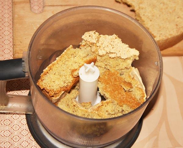 Измельчаем бисквит для кейк попсов при помощи блендера