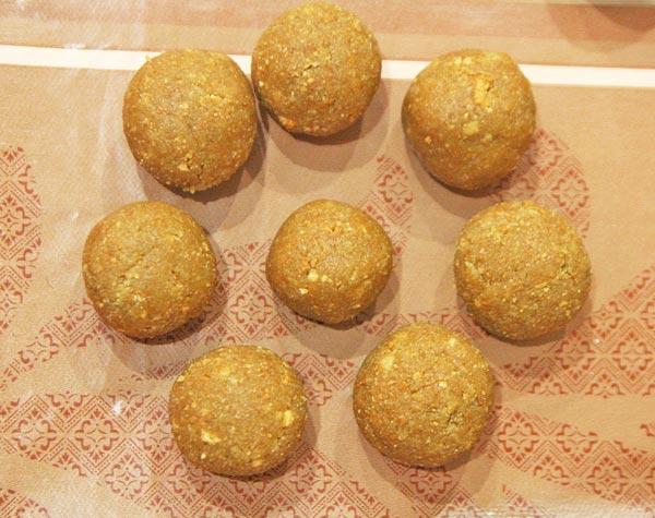 Выбираем форму кейк попсов и лепим из теста пирожные