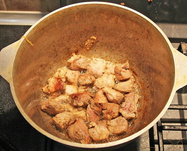 Обжариваем мясо для плова в горшочке