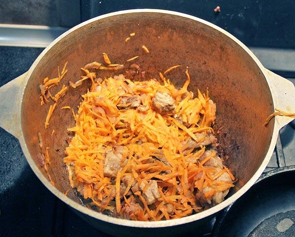 В зажарку к свинине добавляем морковь и жарим до золотистого цвета