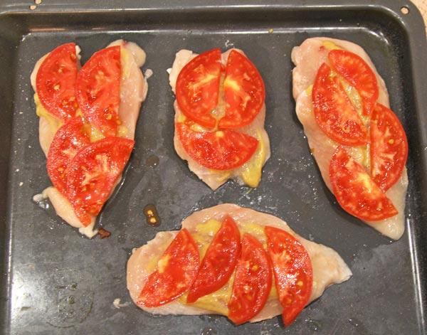 Поверх куры выкладываем помидоры, кабачки, баклажаны, грибы для дальнейшего запекания в духовке