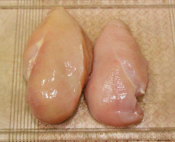 Куриное филе промываем для дальнейшего запекания