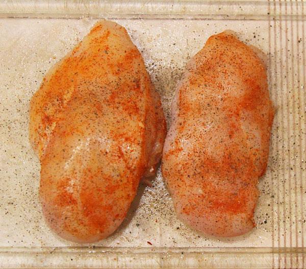 Куриные грудки натираем солью, черным перцем, сладкой красной паприкой