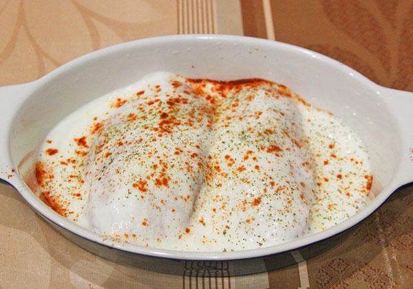 Филе куры перекладываем в форму для запекания, заливаем сметанным или сливочным соусом