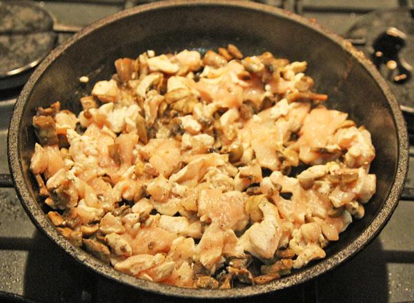Обжариваем мясо с шампиньонами до готовности