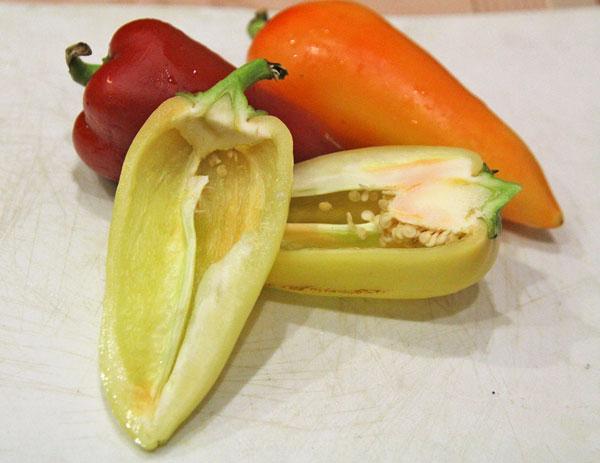 Сладкий болгарский перец разрезаем вдоль и извлекаем серединку